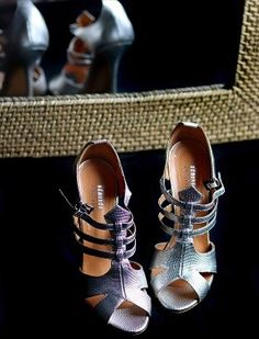 Seconde main de luxe on en parle ? - MireilleOver60 La Vitrine à Nice est un dépôt-vente pas comme les autres. Uniquement des accessoires, principalement des chaussures, très haut de gamme. Remises en état par des professionnels avant d'être proposées à la vente. Concept innovant et unique. On  adhère totalement Ouverture 20 septembre 2020 au 7 rue de Russie Nice, et en ligne. #chaussures #luxe #secondemain #recyclage #antigaspi #stopwaste #upcycling Mode Cool, Totalement, Miu Miu Ballet Flats, Unique, Blog, Shoes, Fashion, Glass Display Case, Ladies Shoes