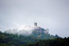 Aber auch das ist der Herbst. Dicke Nebelschwaden umhüllen die Wartburg bei #Eisenach. Foto: Sascha Willms
