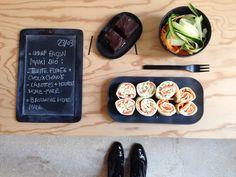 Menu du jour 23/03 - Wrap bio façon maki : truite fumée + choux chinois et carottes + houmous  home-made (par Nicolas) - Salade courgettes et carottes crues - Brownies home-made (par Claire)