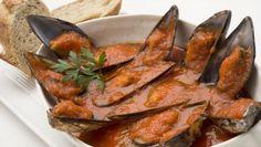 Karlos Arguiñano prepara mejillones en salsa de tomate picante, un plato perfecto para servir como tapa o entrante. Esta receta se conoce como tigres en algunas zonas de Gipuzkoa.