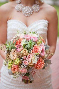 bouquet pour mariage vintage ou champêtre: roses et succulentes