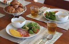 今日は卵料理がオムレツ  ハム系はベーコン  スープはきのこのポタージュ  サラダはアボカドやトマトなど  ワンプレートにしました。
