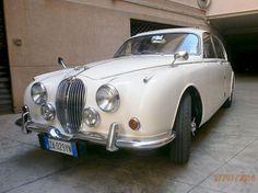 Jaguar - MK II 240 1968 GEGEVENS · Geldige inspectie: april 2017 · Platen en documenten: Italiaans · Kilometerstand afgelezen: 96.235 mijl - (154.875 Km) · Versnellingsbak: handgeschakeld + overdrive, volledig werkend · Kleur: Old White English BESCHRIJVING Jaguar - MK II 240 uit 1968 in 2009 naar Italië geïmporteerd, schuifdak met windscherm, goede onderkant, in motor en mechanica meer dan € 10.000 geïnvesteerd (facturen ter inzage). Werkzaamheden: vervanging voorste schokdempers en…