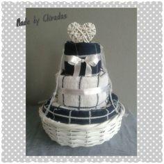 Keukendoeken taart ; 4 keukendoeken, 3 theedoeken en 2 pannenlappen in een wit rieten (planten) mandje