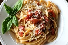 One Pot Wonder Tomato Basil Pasta: delicious pasta dish made with just one pot. One Pot Spaghetti, Spaghetti Meat Sauce, Vegetarian Recipes, Cooking Recipes, Healthy Recipes, What's Cooking, Healthy Snacks, Spicy Thai Noodles, Asian Noodles