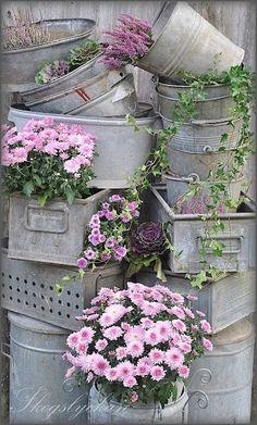 Here are more ideas for your garden this year. This time we found vintage garden decorations. Vintage garden decorations you can find in your basement. Diy Garden, Dream Garden, Garden Landscaping, Vintage Garden Decor, Vintage Gardening, Beautiful Gardens, Beautiful Flowers, Deco Floral, Yard Art