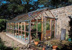 Använd en södermur som värmekälla för längre odlingssäsong. Växthus från Vansta trädgård. #garden #trädgård #Vanstatradgard