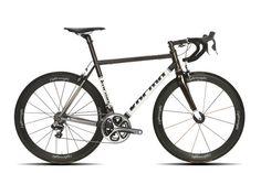 Auf der Berliner Fahrradschau präsentieren sich Marken, die Sie so schnell nicht bei Ihrem Radhändler um die Ecke finden. Wie zum Beispiel die Marke Kocmo. Die Radbauer behaupten die meiste Erfahrung mit Titanrahmen zu haben. Ein schönes Beispiel dafür ist dieser Racer, der Kocmo RR ISP - COLOUR. Preis: 4500 Euro.