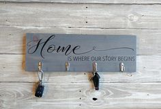 60 Fantastic DIY Projects Pallet Key Rack Design Ideas 19 – Home Design Wall Key Holder, Diy Key Holder, Key Holders, Text Signs, Wood Pallet Furniture, Tire Furniture, Key Rack, Rack Design, New Home Gifts