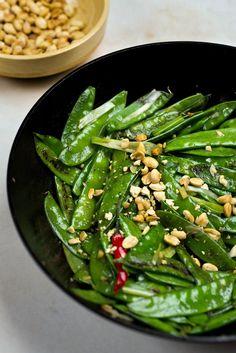 Recipe: Spicy Wok-Charred Snow Peas || Photo: Karsten Moran for The New York Times Wok Recipes, Asian Recipes, Vegetarian Recipes, Cooking Recipes, Healthy Recipes, Vegetable Side Dishes, Vegetable Recipes, Veggie Dishes, Vegan