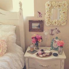 Sumally...beautiful roses around the mirror.