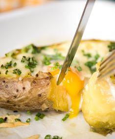 Wie wäre es also mal mit einer herzhaften, gebackenen Kartoffel mit Ei zum Frühstück?  Aufgepeppt mit etwas Schnittlauch, Cheddarkäse und Frühlingszwiebeln  ist diese Variante der optimale Energiestarter. Probiert es aus! Ofenkartoffel / Gesund / Lecker / Frühstück / Brunch / Käse / Rezept / Veggie / Vegetarisch  #hellofreshde #gesund #ernährung #kochbox #lecker #zutaten #kochen #rezept #zubereitung #koch #diy #frühling #ofenkartoffel #cheddar #ei #spiegelei #essen #gesund #veggie…