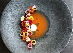 VENDREDI !... JOUR DE PARTAGE !... Pour faire connaitre Visions Gourmandes, choisissez une photo de cette page et partagez-la ! :) . Et bientôt le livre que vous pouvez déjà pré-acheter (sortie en Mars)... > http://visionsgourmandes.com/?post_type=product . Source de la photo : Chef Seokmoj #gastronomie #gastronomy #chef #presentation #presenter #decorer #plating #recette #food #dressage #assiette #artculinaire #culinaryart #design #culinaire