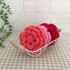抗菌・防臭のアクリル毛糸で編みました。可愛いお花ののエコたわしです。朱色&ピンク&サンゴの3個セットになります。お掃除や食器洗いに使用できます。少量の洗剤できれいに汚れを落とせます。ぜひ、お試しください。●カラー:朱色、ピンク、サンゴ●サイズ:直径10㎝●素材:アクリル100%●注意事項:1個ずつ、丁寧に編ませていただいていますが、毛糸のため毛玉がつくことがございます。また、使用後も毛玉が出ることがございますので、ご了承ください。●作家名:amiami♡358#アクリルたわし #アクリルエコたわし #インテリア雑貨 #洗剤いらず #環境にやさしい #エコ #エコたわし #油汚れなどが良く取れる #便利 #キッチンスポンジ #台所用スポンジ #かぎ針 #食器や炊飯器の釜洗い #野菜洗い #シンク #グリルやコンロ #台所のタイルの壁 #キッチン雑#飾ってもかわいい #おしゃれなデザイン #毛糸 #手芸 #ハンドメイドアクリルたわし ##handmade【配送】ゆうパック(保証・追跡サービスあり)レターパック(保証なし・追跡サービスあり)定形外郵便物…