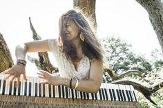 Ihre eigene Geschichte, geprägt durch die Suche nach Identität und authentischem Ausdruck, zeichnet Laias Musik aus. Elemente des Jazz, freie Improvisation, orientalische Einflüsse kombiniert mit Klangflächen und songhaften Strukturen. Mit ihrer Musik ist sie eine Grenzgängerin an der Schnittstelle von Jazz und kontemporärer Musik.