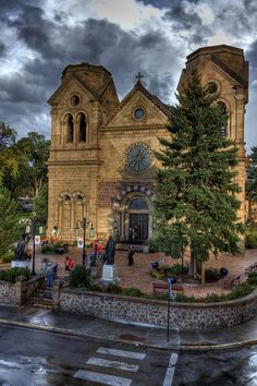 Saint Francis Cathedral in Santa Fe, New Mexico. New Mexico Usa, Travel New Mexico, New Mexico Style, Amazing Places On Earth, Beautiful Places, Houses Of The Holy, Santa Fe Style, Old Churches, Catholic Churches