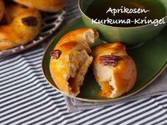 Süß und exotisch-würzig ist dieses fluffige Hefegebäck! Das Rezept für die Aprikosen-Kurkuma-Kringel mit Pekannüssen gibt's auf sarahs-greenfield.blogspot.de