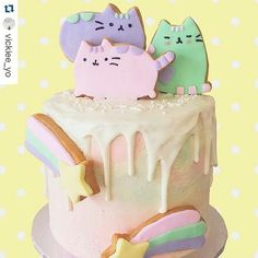 The amazing @vickiee_yo always blows me away with their baking... like this adorable @pusheen cake I could look at it all day...