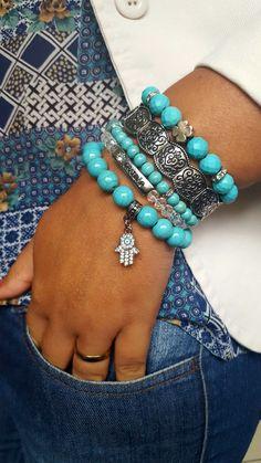 Elegância e fé resumidas em uma foto. Lindo esse conjunto de pulseiras de pedra howlita turquesa e cristais com detalhes prateados. Uma riqueza!!!