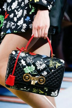 Versace Spring 2019 Ready-to-Wear Collection - Vogue Versace Handbags, Luxury Handbags, Fashion Handbags, Purses And Handbags, Fashion Bags, Gianni Versace, Handbag Accessories, Fashion Accessories, Versace Fashion