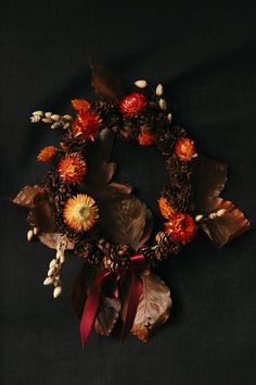 Couronne d'automne Le Jolie, Floral Arrangements, Christmas Wreaths, Creations, Objects, Bloom, Homemade, Holiday Decor, Fall