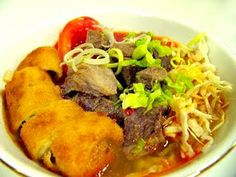 Soto Mie Bogor - Noodle soup with slices of beef and slices risol Food N, Good Food, Food And Drink, Yummy Food, Delicious Dishes, Indonesian Cuisine, Indonesian Recipes, Cooking Recipes, Healthy Recipes