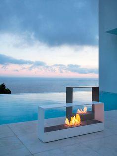 Cómo iluminar el jardín: El encanto de una hoguera Los quemadores Llar permiten disfrutar de la magia del fuego. Es un diseño de Borja García, en acero lacado, producido por Gandía Blasco.
