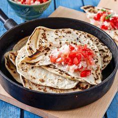 Det är inte svårt att göra egna tortillas hemma.