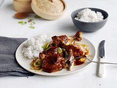 Kylling adobo er deilig hverdagsmat fra Filippinene. Hemmeligheten bak det saftige kyllingen og den karamelliserte skorpen er eddik.