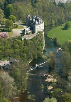 Château de Walzin surplombant la rivière de Leese, Belgique.