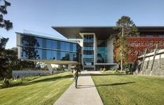 Photo © Peter Bennetts The Advanced Engineering Building (AEB) at the University of Queenslandis a state-of-the-art engineering education building with fl