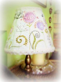 Kreatív lámpafelújítás: festett, varrajzolt lámpaernyő | Életszépítők