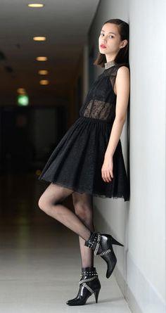胸元ぱっくり…過去の『水原希子』のドレス姿もめっちゃ攻めてた - NAVER まとめ Tokyo Japan Fashion, Kiko Mizuhara Style, Nylons, Beautiful Young Lady, Female Portrait, Asian Style, Poses, Asian Fashion, Asian Beauty