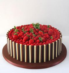 Strawberry and chocolate finger cake Chocolate Strawberry Cake, Chocolate Cake, Chocolate Fingers Cake, Chocolate Curls, Chocolate Buttercream, Fruit Birthday Cake, Cupcake Cakes, Cupcakes, Cake Recipes