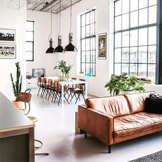 Intérieur industrialo-contemporain, de quoi craquer 😍 #leather#sofa#interior#homedecoration#homeinterior#decoration#inspiration#conviviality#thecoolrepublic