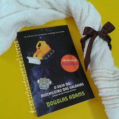 """Neste último dia 25 de maio foram comemorados o Dia da Toalha e o Dia do Orgulho Nerd. A data é uma homenagem dos fãs ao aniversário de nascimento do autor Douglas Adams (1952-2001) que escreveu """" O Guia do Mochileiro das Galáxias"""" e é comum neste dia a postagem de fotos com uma toalha, pois segundo o """"Guia"""" a toalha é o acessório indispensável ao mochileiro das galáxias"""" e inclusive """"deve-se aprender as formas de defesa e uso da mesma""""!  Então nós do @caminhandoentrelivros decidimos que """"O…"""