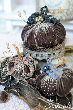 Exquisite velvet pumpkins with knitted stems. Velvet Pumpkins, Fabric Pumpkins, Fall Pumpkins, Fall Halloween, Halloween Crafts, Halloween Decorations, Christmas Crafts, Shabby Chic Fall, Adornos Halloween
