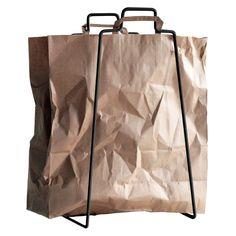 Everyday Designin Helsinki-paperikassiteline on sekä käytännöllinen että esteettinen kodin apulainen. Telinettä voi käyttää niin lajitteluun ja kierrätykseen kuin lehtien ja esineiden säilytykseenkin – käyttökohteen valinnassa on lupa käyttää luovuutta.