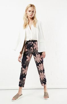 DAILYLOOK Nightingale Floral Trouser in Navy XS - L | DAILYLOOK