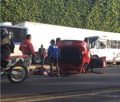 En la imagen podemos observar como quedó éste coche en Av. Vallarta y San Ignacio después de un choque ésta mañana. Reportero Ciudadano: Alex Ruiz