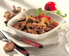 Hozzávalók: 10 dkg füstölt szalonna, 1 kg őzhús (comb vagy lapocka; esetleg más, apróhúsnak való része), 30 dkg vöröshagyma, 10 dkg sertészsír vagy 1 dl olaj, 1 evőkanál jóféle pirospaprika, egy öklömnyi zeller fele, 1 zöldpaprika, ... Cook Books, Japchae, Beef, Meals, Dishes, Drink, Cooking, Ethnic Recipes, Food