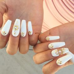 White nails with gold embellishments and rhinestones. grand but simple. i guess it can also fit to be wedding nails, if you're up for a dramatic look. Long White Nails, White Nails With Gold, White Coffin Nails, Gold Glitter Nails, Coffin Shape Nails, Rhinestone Nails, Stiletto Nails, Ballerina Acrylic Nails, Diy 2018