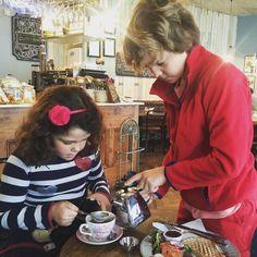 Hugo sirviendo el te a su hermana. Hemos salido a desayunar por #Greystones para despedirnos de nuestros sitios favoritos #greycafe