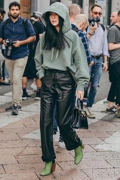 Street style look pairing black leather pants with a hoodie. Ootd Instagram, Instagram Fashion, Milan Fashion Week 2018, Mode Streetwear, Winter Hoodies, Mode Outfits, Casual Outfits, Fashion Outfits, Casual Sweaters