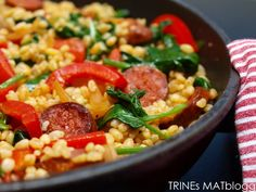 Lun bulgursalat med chorizo, paprika og spinat. Använd röd paprika och inte för lite buljong.