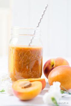 Pfirsich_Smoothie peach apricot smoothie  Heute verrate ich euch ein Rezept für einen superleckeren Pfirsich-Smoothie mit Aprikosen, Tee und Chia-Samen. Der macht so richtig Lust auf den Sommer.