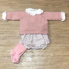 Conjunto de ochos, ranita, jersey y capota, todo un acierto para una primera puesta de tu bebe. #hechopormiparati #kids #hechoamano #bebes… Knitted Baby Blankets, Baby Born, Kind Mode, Crochet Baby, Kids Fashion, Body, Knitting, Children, Sweaters