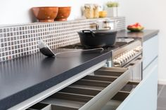 Moderne keuken in de kleur wit. greeploos design. nuva keukens