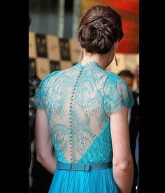 Sulla schiena l'abito verde acqua indossato da Kate è un velo tutto in pizzo- Royal Wedding: tutti i segreti del look di Kate