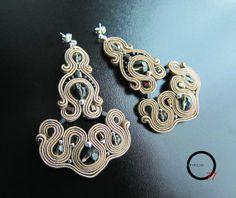 Orecchini soutache beige/fumè double-face. Design Giada Zampar -Opificio77-